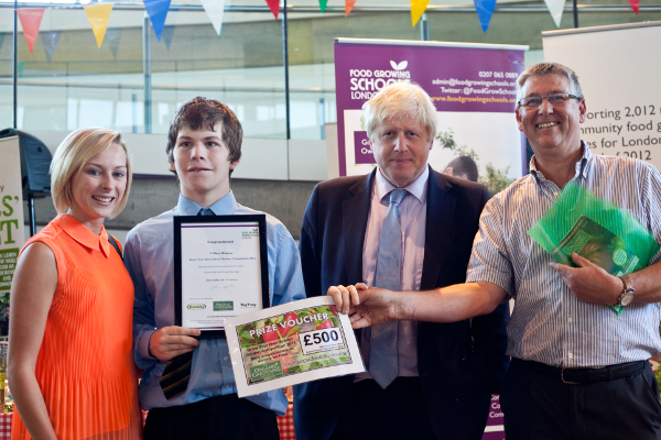 The Mayor of London, Boris Johnson, with competition sponsor Michael Hedges, Managing Director of Chase Organics and The Organic Gardening Catalogue, awarding first prize for the Grow Your Own School Garden Competition to Richard Challoner School, Kingston. Photo Jane Baker/Garden Organic